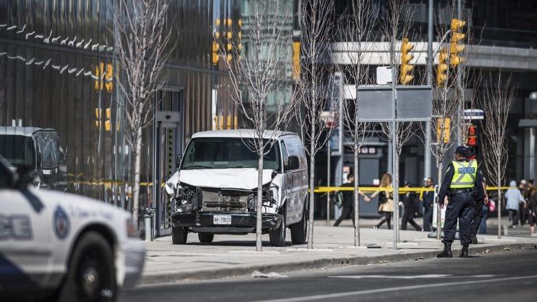 La policía de Toronto frente a una furgoneta